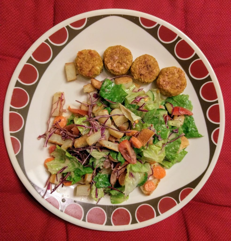 Salad with quinoa and chickpea balls